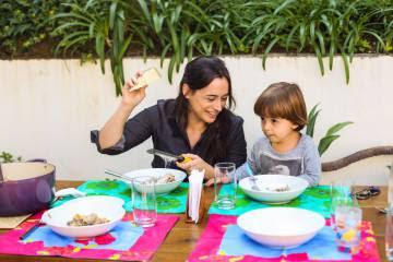 A chef de cozinha Bel Coelho e o filho Francisco.