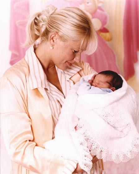 No colo da mãe, Xuxa, com dois dias de vida