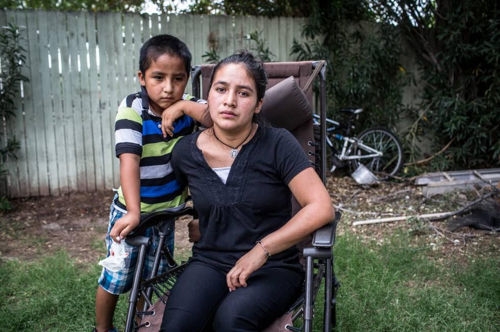 Petrona Martina, de 18 años, cruzó la frontera con su hijo William.