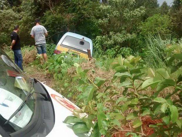 Após perder o freio, van com estudantes parou em um barranco na Rua Barão do Rio Branco, em Cambé (Foto: Portal Cambé/Divulgação)