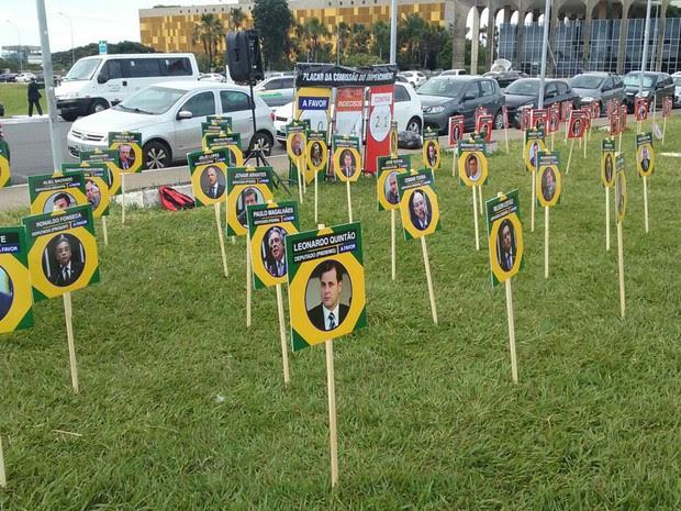 Fotos de deputados da comissão que analisa impeachment da presidente Dilma Rousseff afixadas em gramado próximo ao Congresso Nacional (Foto: Fernando Caixeta/G1)