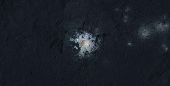 El centro del cráter Occator ().