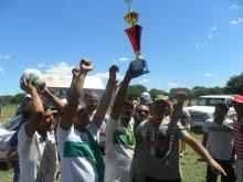 Laurinho entrega o troféu ao time da Rocinha
