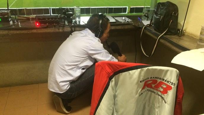 Carlos Batista, narrador da Rádio Bandeirantes, agachado no estádio em Sorocaba (Foto: Arquivo Pessoal/ Carlos Batista)