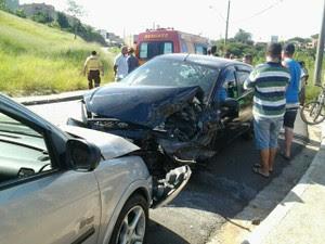 Dois ficam feridos após acidente na Vila São Geraldo em São José, SP (Foto: Aline Gabriela/ Vanguarda Repórter)