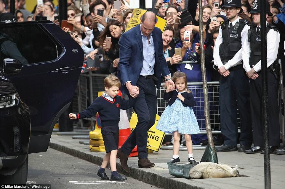 O príncipe George e a princesa Charlotte foram conduzidos ao prédio em Paddington de mãos dadas com o duque de Cambridge.