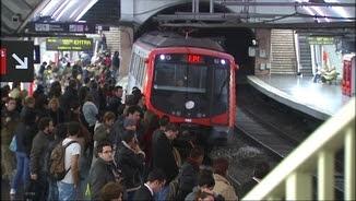 Aglomeració a l'estació de metro de Plaça Espanya -L1- degut a l'última vaga de metro