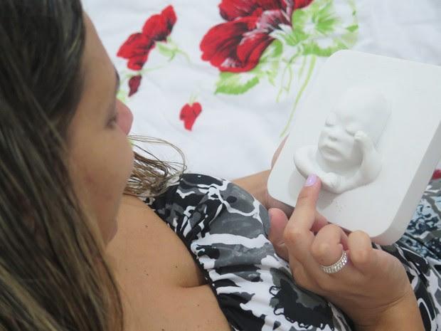 Tatiana sente o rosto do filho Murilo (Foto: Mariane Rossi/G1)