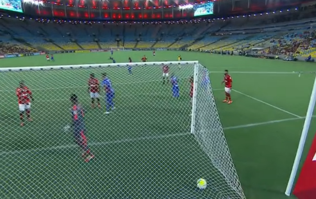 Felipe é pego de surpreso com gol olímpico (Foto: Reprodução SporTV)