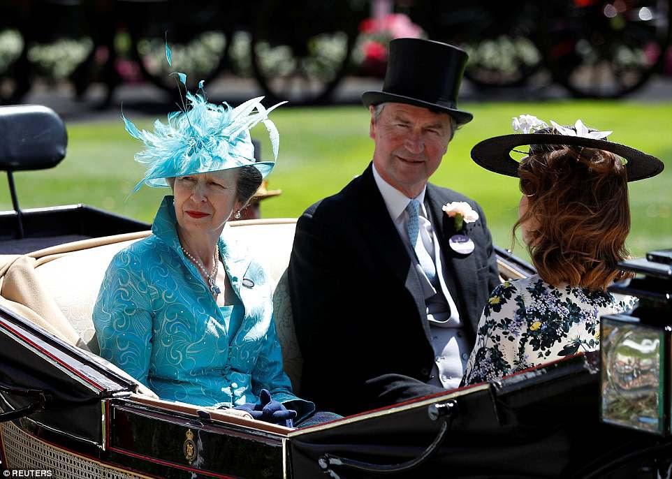 Após a rainha na segunda carruagem foi a princesa real com seu marido vice-almirante Sir Tim Laurence, bem como a princesa Beatrice e a princesa Eugenie de York