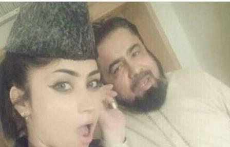 A paquistanesa fez um vídeo posando com um clérigo