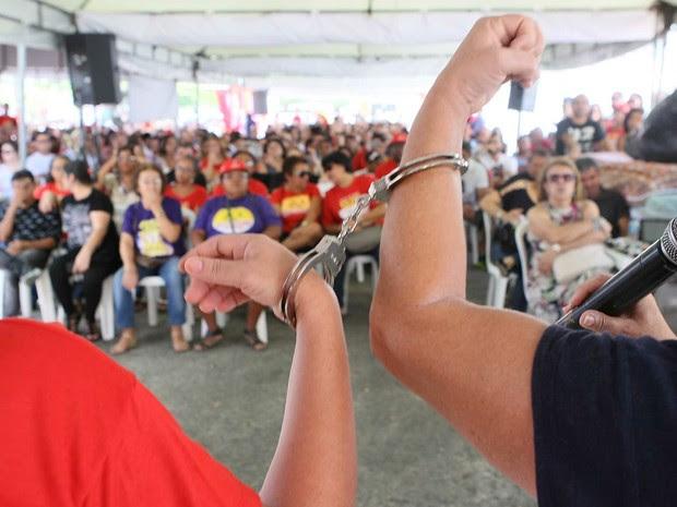 Professores em greve no Sergipe se algemam durante manifestação nesta quinta-feira (28) (Foto: Jorge Henrique/Futura Press/Estadão Conteúdo)