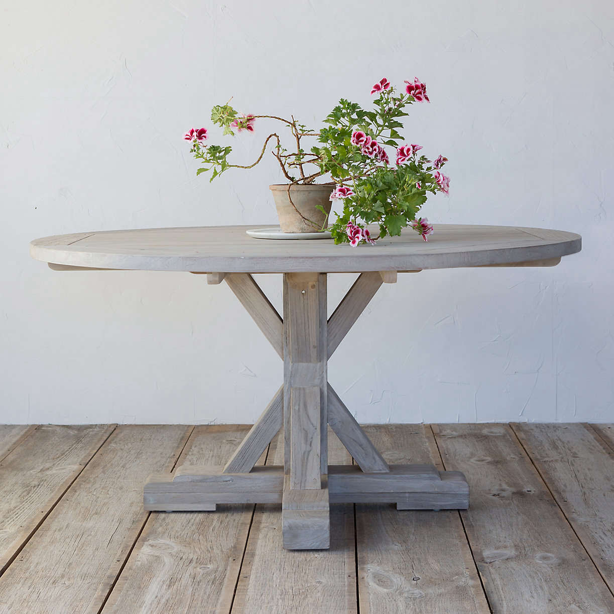 10 Easy Pieces: Round Wood Outdoor Dining Tables: Gardenista