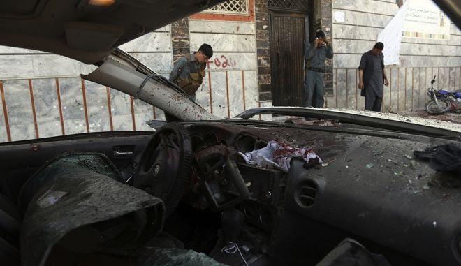 Αφγανοί αστυνομικοί έξω από το εκλογικό κέντρο που σημειώθηκε επίθεσης αυτοκτονίας