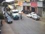 Motociclista é arremessado contra caminhão após bater em carro; veja