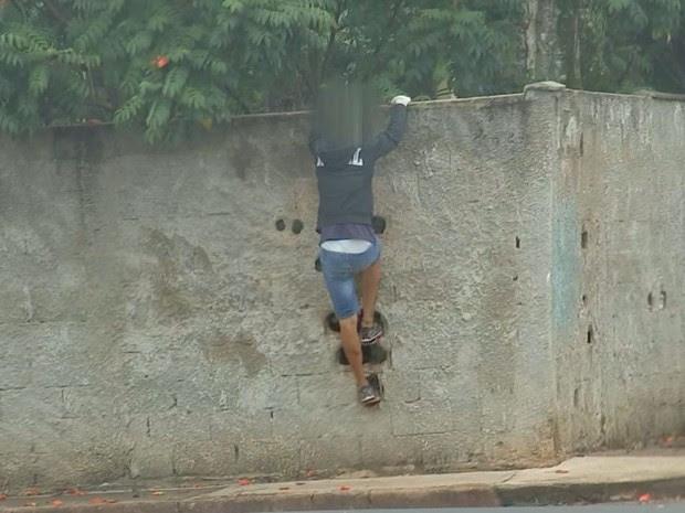 Alunos fizeram 'escada' em muro (Foto: Reprodução / TV TEM)