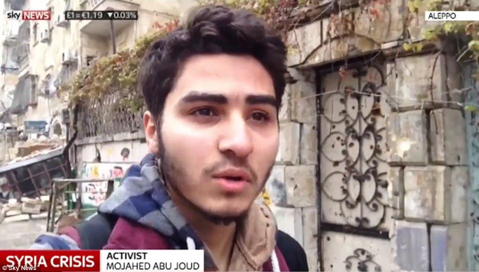 Ativista Mojahed Abu Joud filmou a si mesmo andando pela cidade bomba devastou como aviões de guerra e conchas golpeado a área