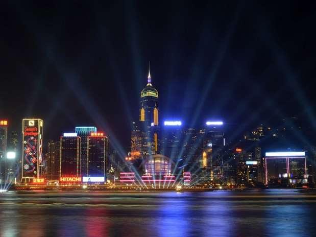 Horas antes de celebrar la llegada del año nuevo, las luces iluminan el cielo de Hong Kong.