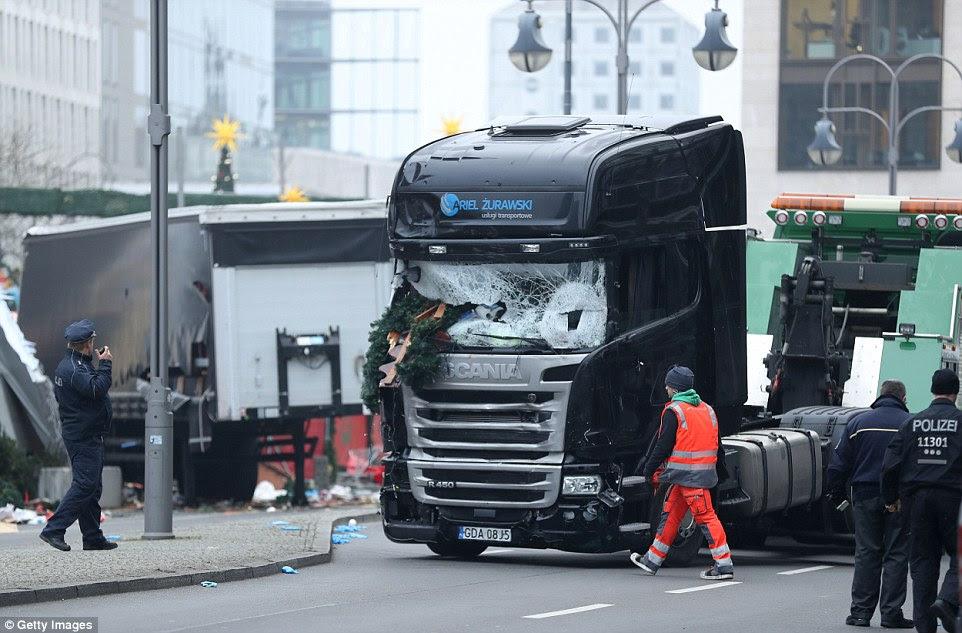 Tragédia: Dentro da cabine foi o piloto polaco que o camião foi sequestrado a partir - ele pode ter sido assassinado antes do acidente