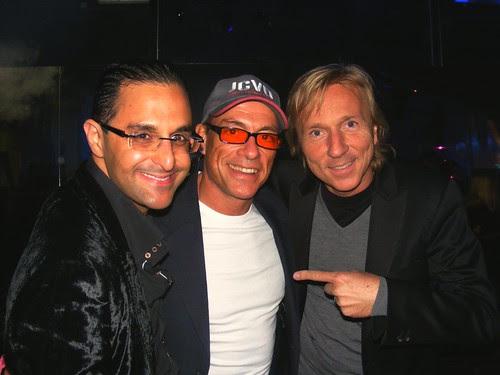 Arash Derambarsh et Antoine Henriquet avec Jean-Claude Van Damme pour la signature de son livre au cherche midi éditeur