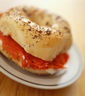Sándwich de rosca de pan con salmón