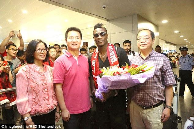 Asamoah Gyan   arrives at Shanghai Pudong International Airport ahead of his move toShanghai SIPG