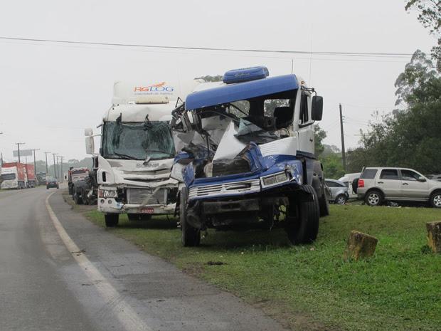 Caminhões envolvidos em acidente foram levados para pátio da Ecovias (Foto: Juliana Cardilli)