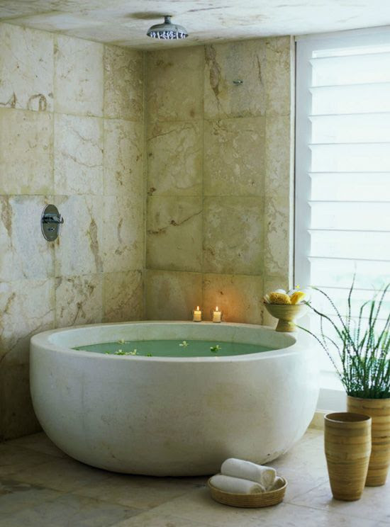 Round bath tub.  Oh yea!