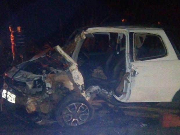 Carros ficaram destruídos após colisão (Foto: Rota Policial News/ Reprodução)