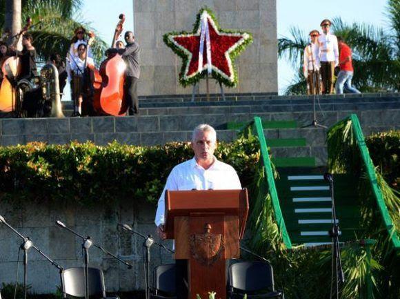 Miguel Díaz-Canel, miembro del Buró Político del Partido y Primer Vicepresidente de los Consejos de Estado y de Ministros, pronunció las palabras centrales del acto político-cultural de homenaje al Guerrillero Heroico, en el aniversario 50 de su caída en combate en Bolivia, y el aniversario 20 del regreso junto a su Destacamento de Refuerzo, en la Plaza Ernesto Che Guevara, de la ciudad de Santa Clara, en Villa Clara, el 8 de octubre de 2017. ACN FOTO/Arelys María ECHEVARRÍA RODRÍGUEZ