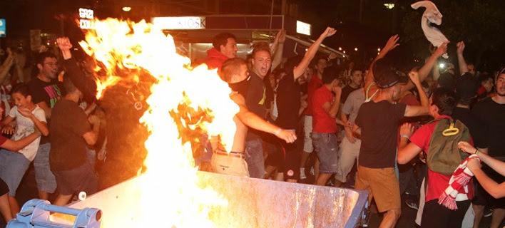 Στις... φλόγες ο Πειραιάς για την πρόκριση του Ολυμπιακού στον τελικό – Εκλεισαν δρόμοι, φωτιά σε κάδο [εικόνες]