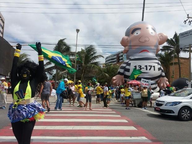 Personagem 'Morena Petróleo' foi contrada pela organização para interagir com manifestantes (Foto: Suely Melo/G1)