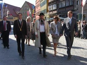 Foto: Paul Jürgen Porr (finul lui Iohannis, lăsat ca şef la FDGR când naşul a virat spre PNL), Christoph Hammer (Christoph Hammer, primarul din Dinkelsbuhl), Bernd Fabritius(parlamentar şi preşedintele saşilor din Germania), Carmen Georgeta Iohannis(soţia primarului sibian) şi Klaus Iohannis (primar al Sibiului, fost preşedinte FDGR şi actual prim-vicepreşedinte PNL)