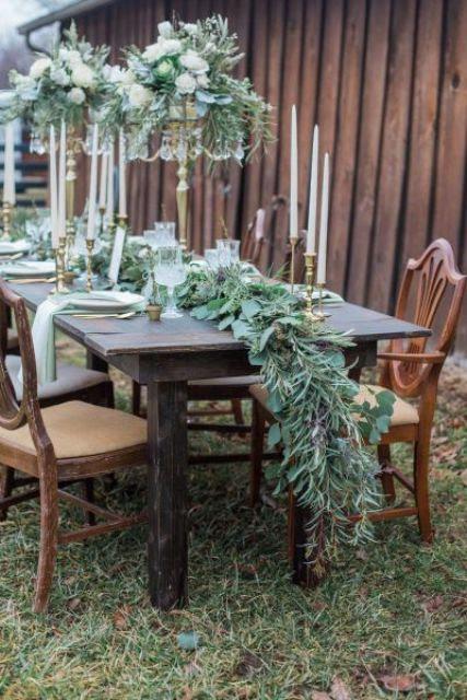 eine üppige cascading grün Tischläufer für eine Rustikale winter tablescape und passenden Mittelstücke