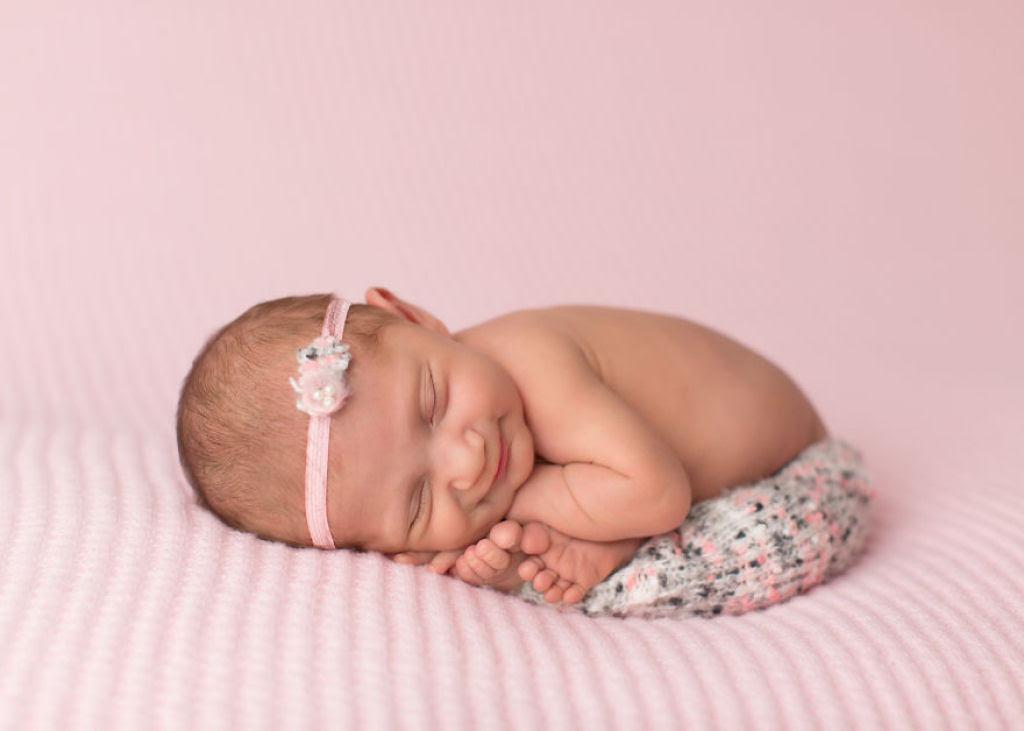 Fotógrafa britânica cria retratos insuportavelmente ternos de bebês dormindo 21