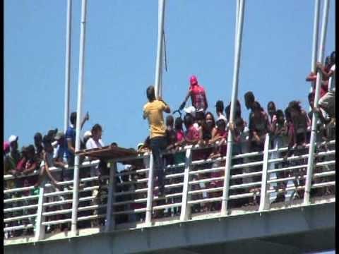 WEB TV ESPINHA DE PEIXE - Ciclista pula da ponte no rio corrente em Santa Maria da Vitoria -Ba