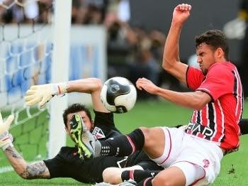 Dênis e Lucão ão conseguiram evitar o gol do Corinthians