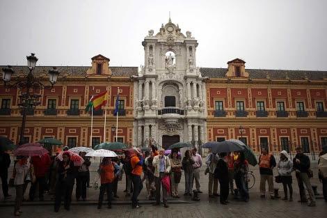 Un momento de la protesta de los funcionarios este martes ante San Telmo.   Fernando Ruso