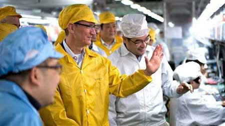 تيم كوك اثناء زيارته لمصانع فوكسكون
