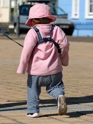 A mochila-guia não oferece grandes riscos à saúde da criança Foto: Shutterstock