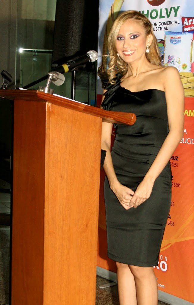 Andrea Cuellar de maestra de ceremonias en un evento / Andrea Cuellar as master of ceremonies at an event
