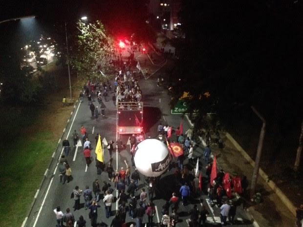 Professores seguem pela 23 de Maio, sentido Centro. (Foto: Roney Domingos/G1)