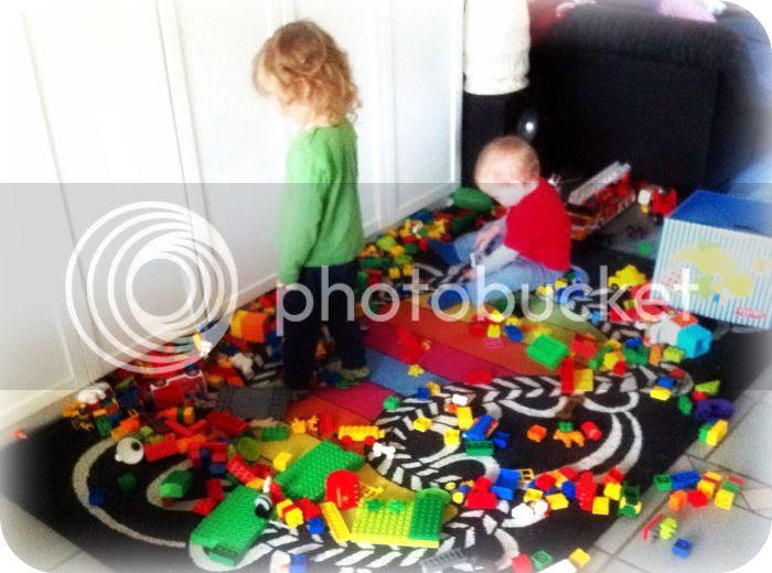 Die kleinen Saboteure im Lego-Chaos ^^