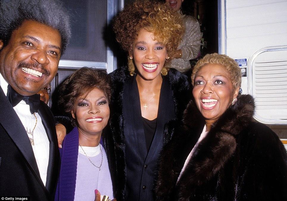 Família de cantoras: Whitney visto aqui com sua mãe Cissy, à esquerda, e Dionne Warwick primo, à direita, e Rei Don, longe leftleft