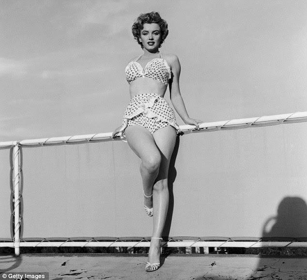 Pin-up: Um retrato de Marilyn em um biquíni de bolinhas mostra a estrela como ela era em 1951