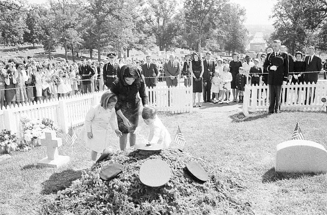 Jacqueline Bouvier Kennedy and children at eternal flame: JFK
