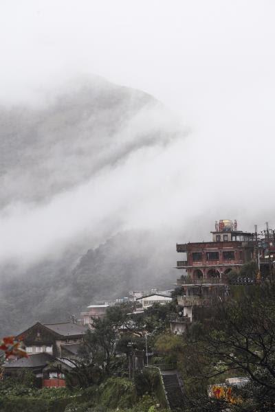 雲霧中的山城九份,是胡達華創作 永不厭倦的主題。(林格立攝)