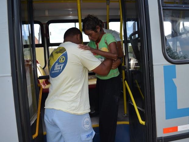 Sem elevador de acesso cadeirante precisa ser carregada para entrar no veículo (Foto: Fernanda Zanetti/G1)