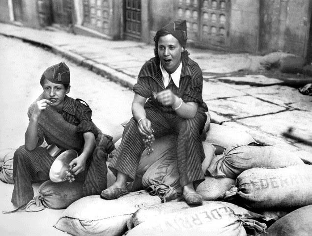 Dos milicianas toman uvas en la cuesta de las Armas el 19 de septiembre de 1936. Image by © EFE/Corbis