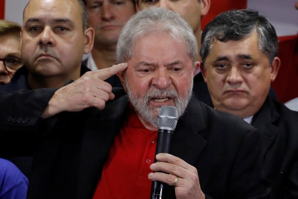 Lula durante discurso na sede do PT em São Paulo, nesta quinta-feira (13), um dia após ser condenado por Moro (Foto: Nacho Doce/Reuters)